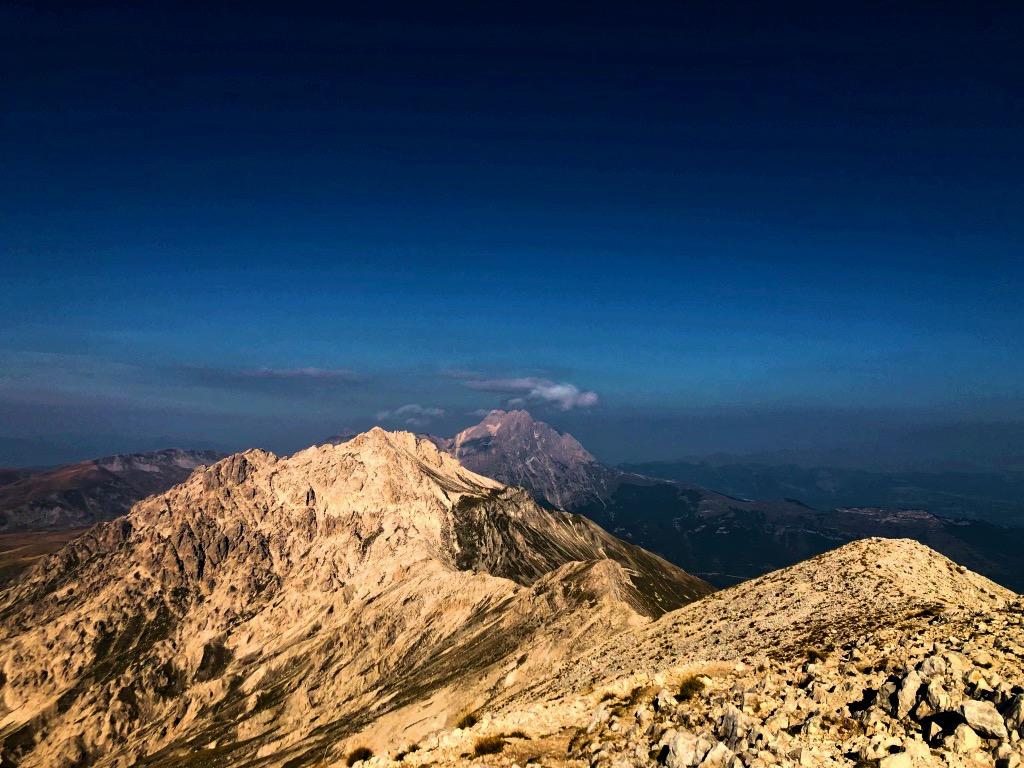 Dalla vetta del Monte Camicia, in lontananza il Corno Grande